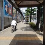 Les cyclistes et piétons circulent sur de larges trottoirs