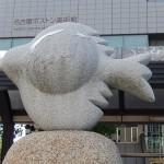 Sculpture sur la place du musée (parking à vélo sous terrain)