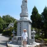 Pèlerin devant la statue