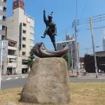 Statue devant la gare de Imarabi