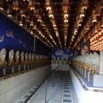 Trésor de statues éclairées de lanternes