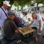 Personnes âgées jouant sur un damier