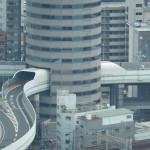 Les voies express pénètrent et traversent les bâtiments parkings