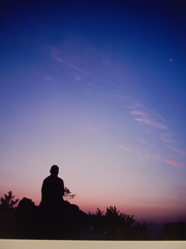 Méditation tournée vers le ciel