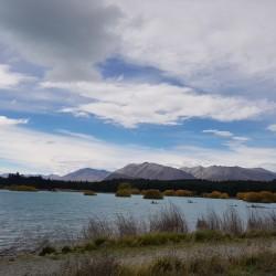 Lac Tekapo à la droite de la chapelle