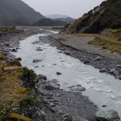 La rivière du glacier descent dans la vallée pour se jeter dans la Tasman sea
