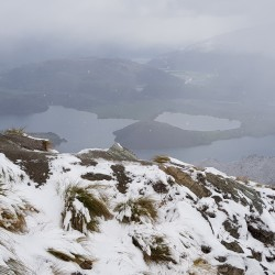 Neige au sommet, lacs en contre bas