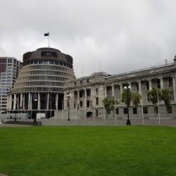 À droite La Maison du Parlement, au centre The  Beehive(La Ruche) à gauche Bowen House