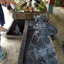 Traditionnelle cérémonie de purification par l'eau:temple Shintoiste