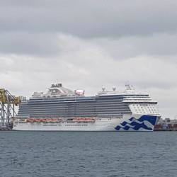 Gros bateau de croisière vient d'arriver