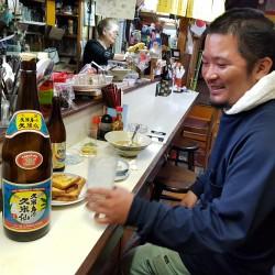 Un client fidèle avec la bouteille de SAKÉ