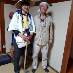 Claude avec un jeune pèlerin sud Coréen dans notre Guest House.
