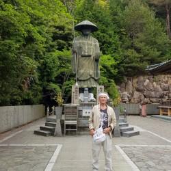 Henro Claude devant Kukai, Okubunji temple 88.
