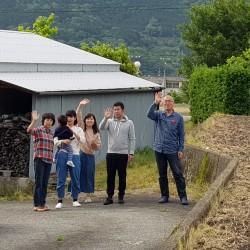 Famille de Mayu m'adressant un au revoir
