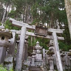 Tombes et sculptures religieuses sur le Oku-no-in