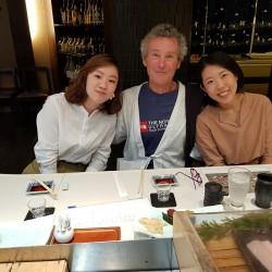 Claude entouré par Saki et Momoko restaurant sushi à Osaka