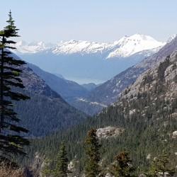 Montagnes enneigées et fjord