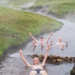 L'homme qui marche prend un bain dans l'eau chaude naturelle